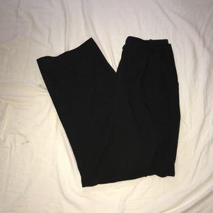 Riktigt snygga vida byxor, som är tajta i midjan och faller snyggt över hela benen. Bra skick förutom att dragkedjan är lite konstigt men funkar absolut att använda ändå