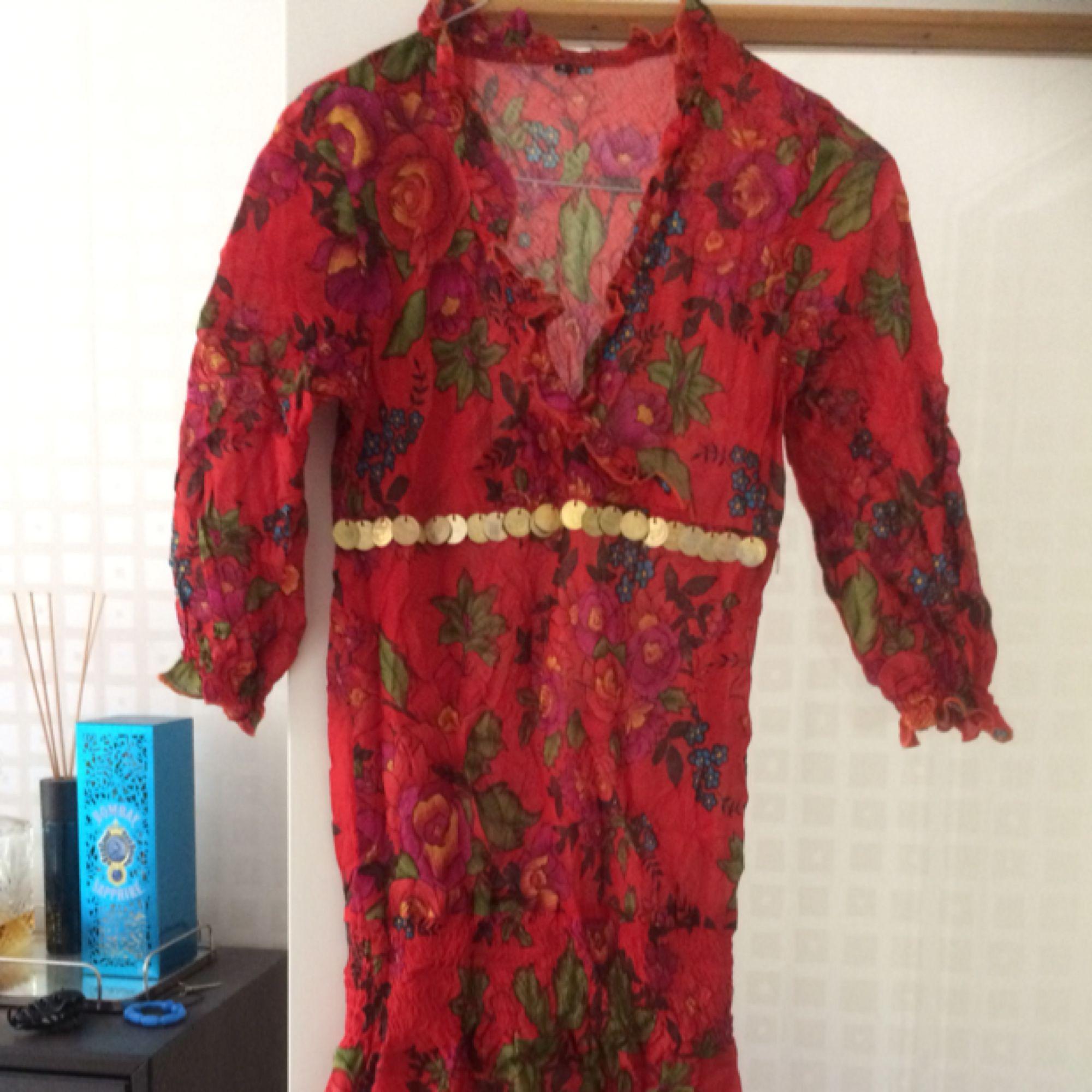 Vintage blommig kort klänning! Använd en gång 🌺. Klänningar.