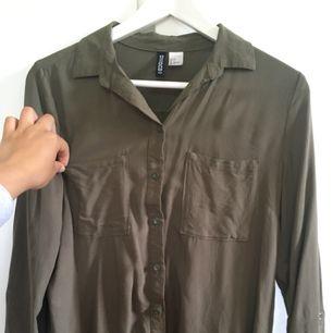 Militärgrön skjorta, superfin och passar till allt, passar mig som även har 38 ibland❣️ frakt tillkommer, betalning sker via swish❣️