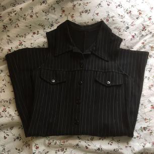 Fin retro klänning i mycket bra skick. Ganska stretchigt material som även kan passa en liten M. Den går lite över knäna på mig som är 162cm. Kan mötas upp i Lund. Köpare betalar frakt.