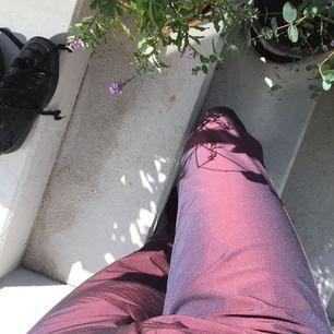 Lilaskimriga, utsvängda kostymbyxor från Cambio. Ljuset gör dom inte rättvisa och de är mer som på den första bilden. Storlek S, kan mötas upp i Lund annars frakt. Passar någon som är ca 160cm, köpare betalar frakt.