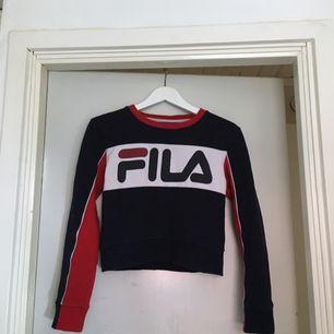 sweatshirt i något kortare modell från FILA. köpt här på plick men passade inte. superfint skick, som ny. kan mötas upp i göteborg eller frakta (isf står köparen för frakten). fler bilder kan ges på efterfrågan.