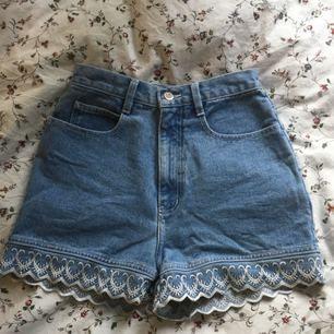 Jättesnygga vintage shorts med broderier! Bra skick i storlek S, kan mötas upp i Lund. Köpare betalar frakt.  Säljes pga är för små.