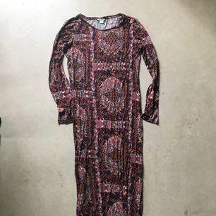 Så himla cool klänning från MONKI som tyvärr inte används längre. Har slits på sidorna. Jätteskönt material. Vid frakt betalar köparen fraktkostnad.