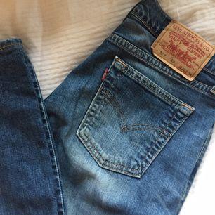 Ett par Levis bootcut jeans i modellen 529, är 165 cm och dem är perfekta i längden för mig. Ganska små i storleken. 400kr :))