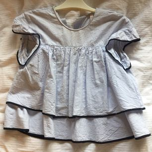 Den populära Zara blusen, stl S. Inga hål/slitningar och bara använd 2 gånger. Köpt för 300kr och säljer för 200 kr