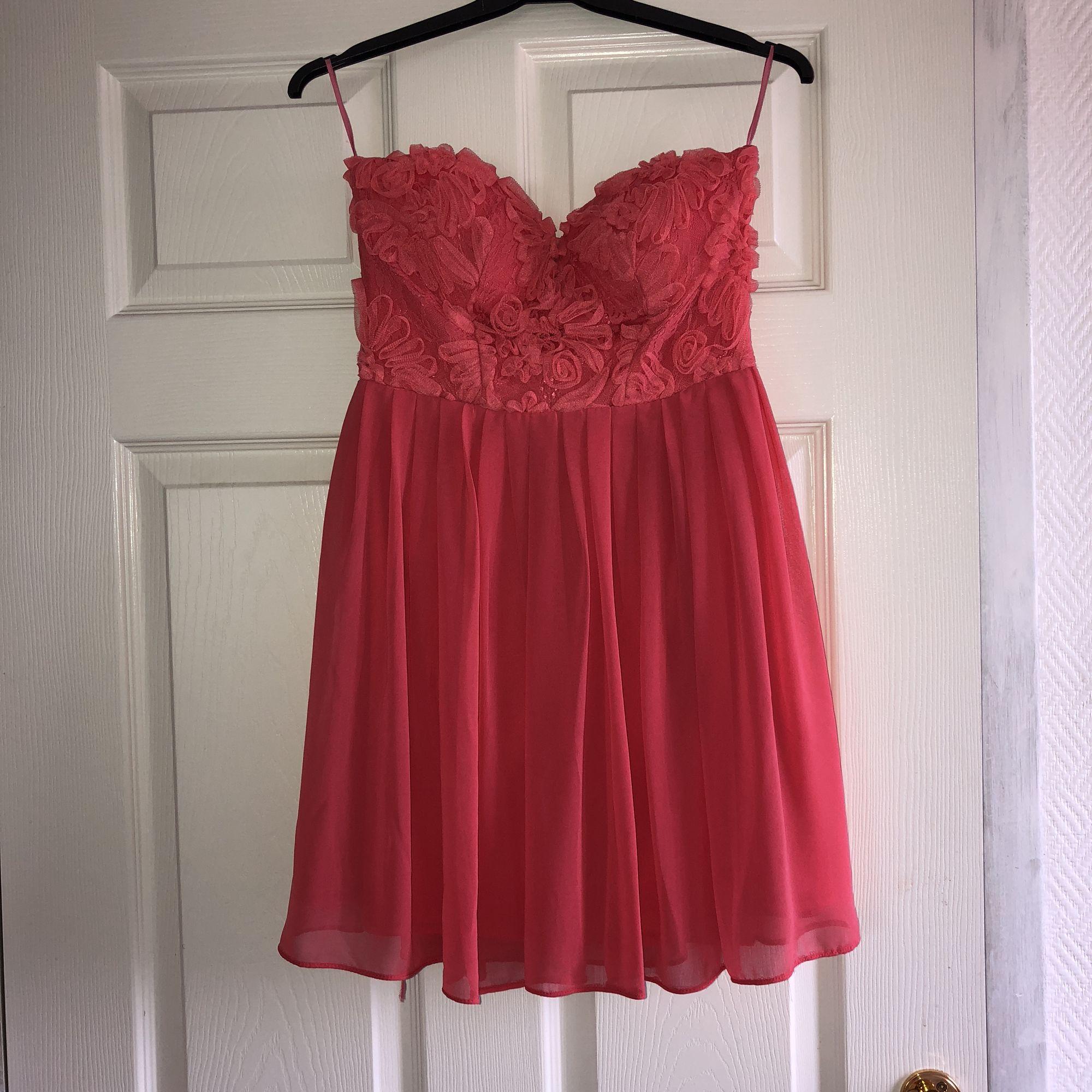 Superfin korallfärgad bandeauklänning med spetsöverdel. Inköpt på Nelly och har aldrig använts. Fri frakt! 🌿. Klänningar.