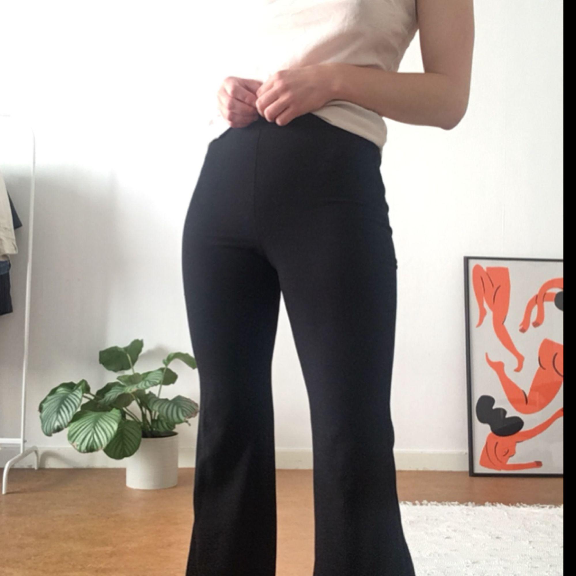 Fina utsvängda byxor från weekday - Weekday Jeans   Byxor - Second Hand cc603ff33ca0e