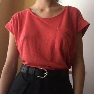 Superskön t-shirt som går att styla lätt! Knappt använd. :)