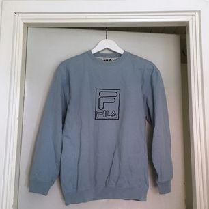 ljusblå sweatshirt från FILA. fint skick. storlek 13 ungdom, passar nog S/M. kan mötas upp i göteborg eller frakta (isf står köparen för frakten). fler bilder kan ges på efterfrågan.