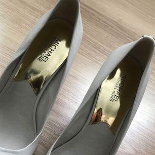 äkta Michael Kors skor i storlek 40,  Köpta i USA, men har inget kvitto kvar. 100% äkta kan garanteras i butik