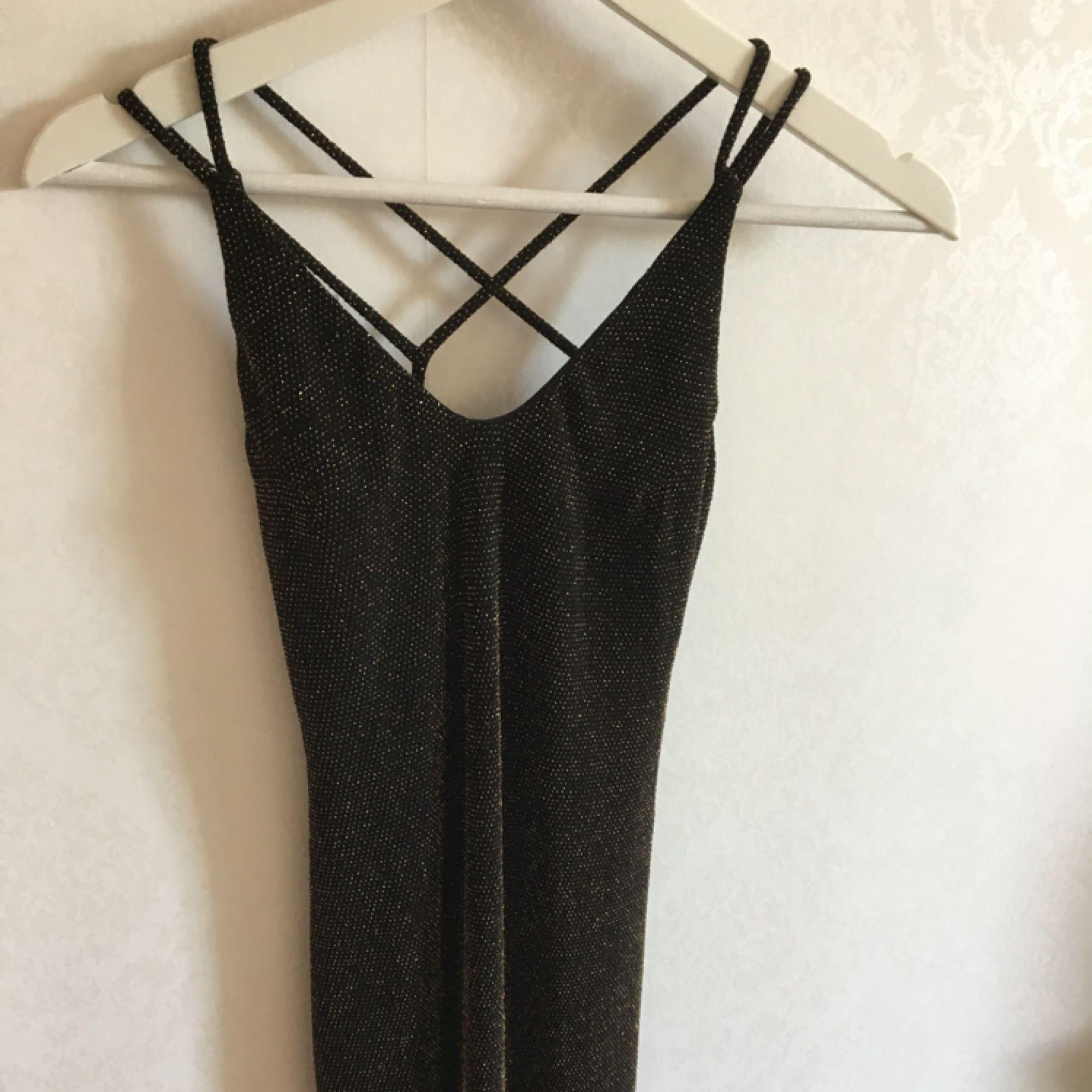 Glittrig fodralklänning i stretchig material från bikbok. Öppen rygg, använd 1 gång på nyår. . Klänningar.