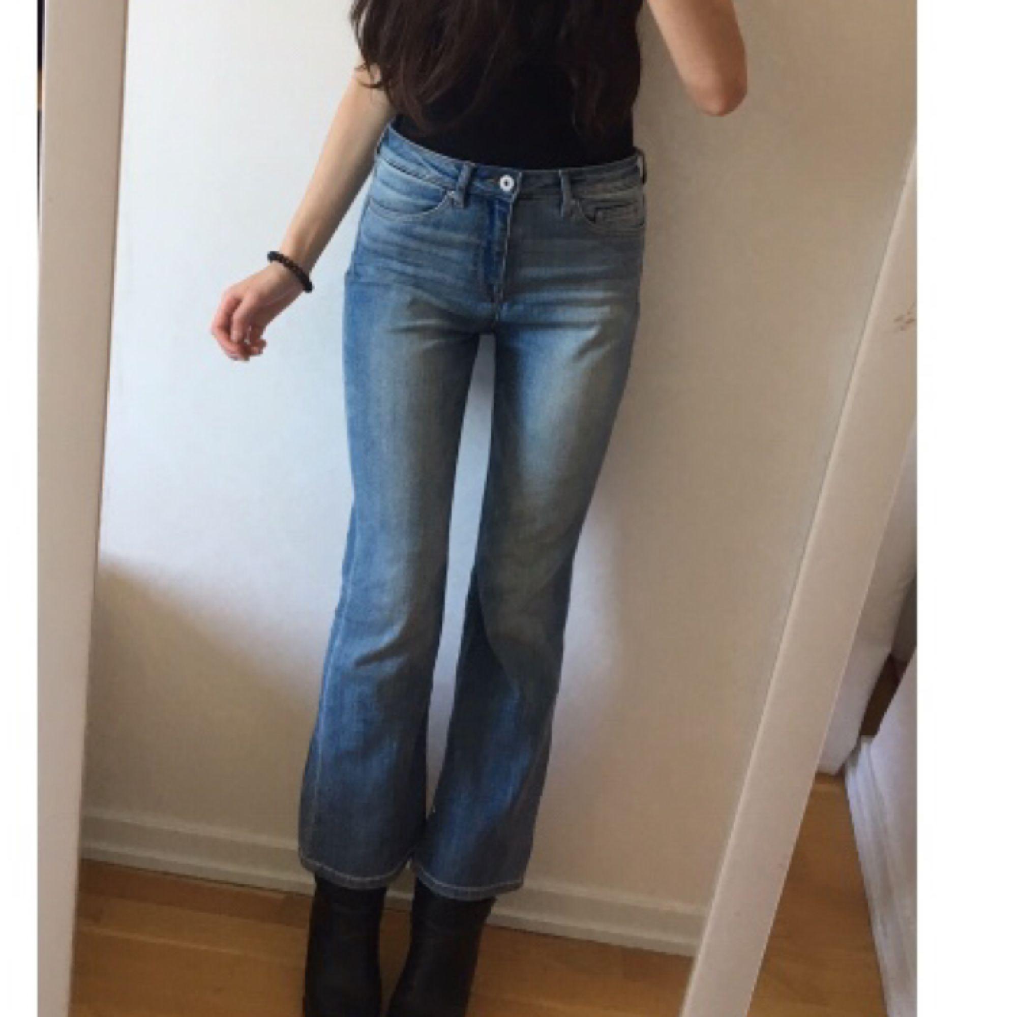 Ett par blåa korta bootcut Jeans från hm. (Jag är 160 cm)  . Jeans & Byxor.
