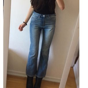 Ett par blåa korta bootcut Jeans från hm. (Jag är 160 cm)