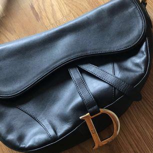 En svart Christian Dior väska använda lite .