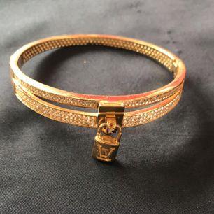 En Louis Vuitton armband i guld färga använda lite .