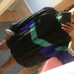 Oversized träningsjacka, jag är 1.58 och har storlek medium på mina kläder. Unisex, Frakt tillkommer eller möts upp i Sthlm