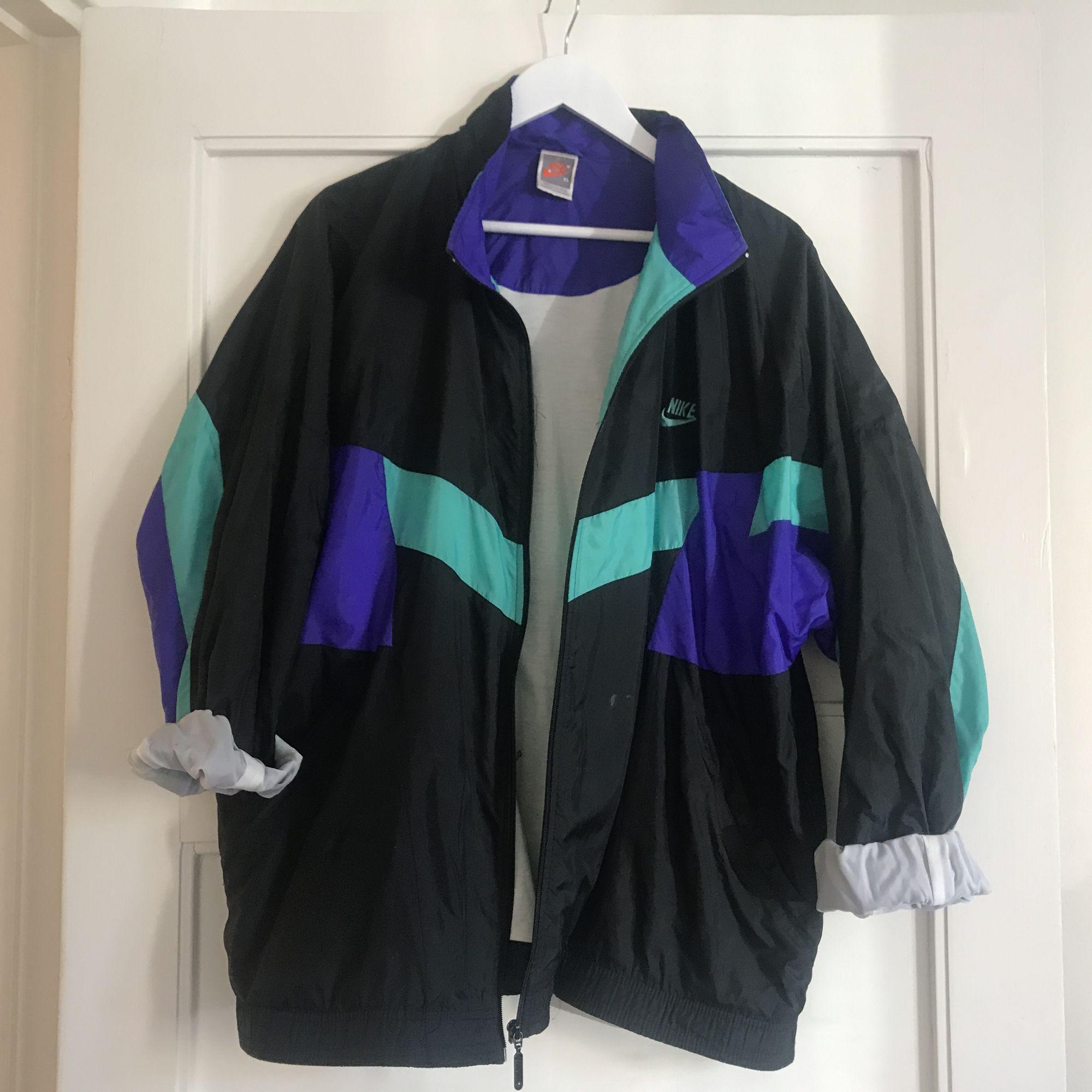 Oversized träningsjacka, jag är 1.58 och har storlek medium på mina kläder. Unisex, Frakt tillkommer eller möts upp i Sthlm . Jackor.