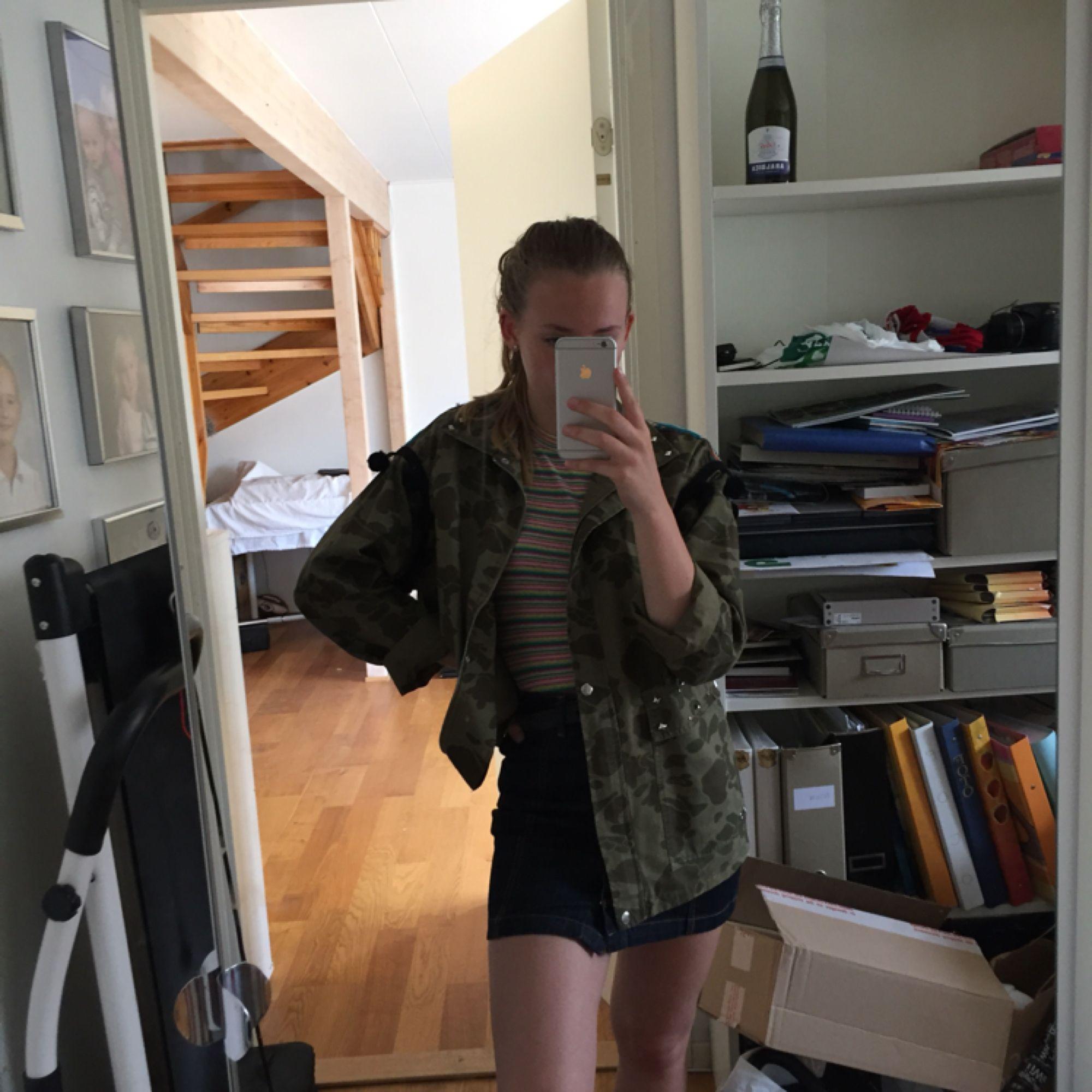 Världens coolaste jacka! Jag på bilden är en XS och köpte en M för att ha den oversized. Skitball, men tyvärr bär jag inte upp den bra nog. Frakt står köparen för!. Jackor.
