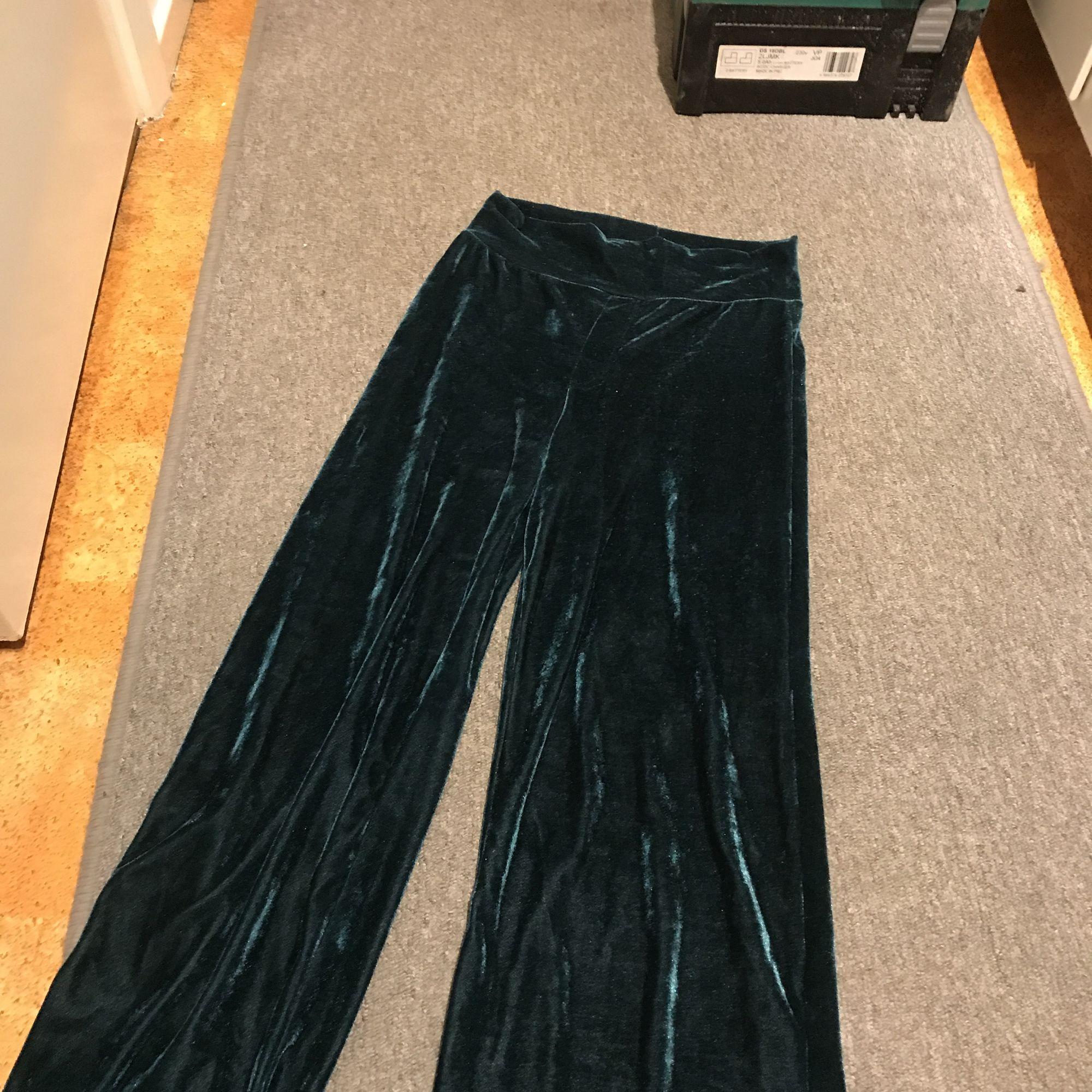 Gröna vida sammetsbyxor från BikBok. Supersköna och väldigt härlig färg. .  Jeans   Byxor ... 0a6bff88cec5a
