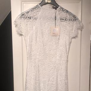 """Vit klänning från Bubbleroom med märket """"Girl in mind"""" Helt oanvänd med lapp kvar  Storlek 38"""