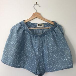 Lösa shorts som ser ut som en kjol, från weekday.