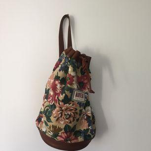 Fantastisk second hand väska med ett axelband. Den har lite fläckar på insidan men på utsidan är den superfin!