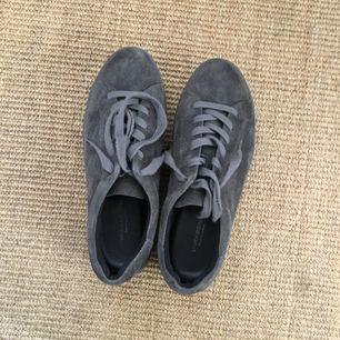 Grå mockasneakers från Vagabond. Använda 1 gång, nyskick! Pris kan diskuteras vid snabb affär. Frakt tillkommer!