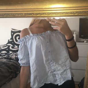 Söt, somrig, off shoulder topp i storlek S/M men passar bra på mig som har strl XS. Köpt second hand💕