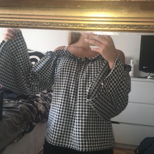 Söt offshoulder blus i storlek XS från nly!💕