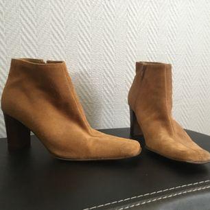 Vintage skor köpta på secondhand. Mocka med fyrkantig tå. Betalas via swish. Köparen står för frakt.