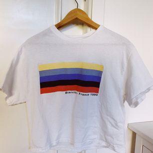kort och sval regnbåge möter flagga (pride Vibe) t-shirt. Endast testad, annars bara hängt. Köparen står för frakt. Vid snabb affär 200kr inkl frakt❤️15% av alla köp går till välgörenhet❤️