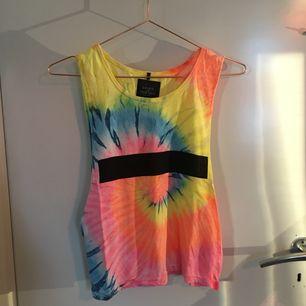 Färgsprakande linne, perfekt till sommarens aktiviteter! Frakten är inkluderat i priset :)