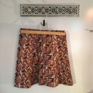 Söt kjol men tjusigt mönster. Otroligt bekväm! Frakten ingår i priset :)