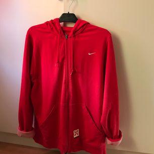 Nike hoodie,  Säljes pga av att den används alldeles för lite. Frakt ingår i priset.