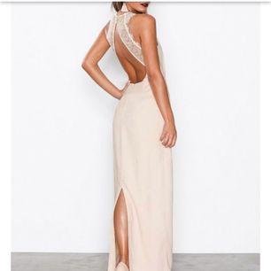 Skitsnygg långklänning från Nelly! Fin rosa färg. Använd 1 gång på ett bröllop.