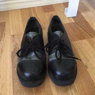 Supersnygga skor med stålhätta. Ganska tunga så frakten kan bli dyr, därför vore det bra om vi kan mötas upp i sthlm!