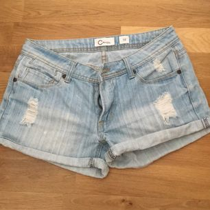 Ljusblå jeansshorts, mycket sparsamt använda.