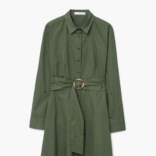 Rak design. Skjort stil. Tyg av bomull. Klassisk krage. Lång ärm knäppt. Avtagbart bälte. Knäppning på framsidan. Från mango, storlek 42 men väldigt liten så skulle säga S/M.