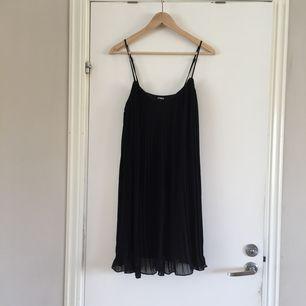 En festlig plisserad klänning i mycket bra skick, använd en gång av mig. Kan mötas upp i Göteborg. Köparen står för frakt.