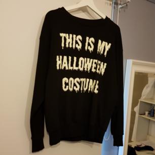 En sweater från H&M, köpt för länge sen. Bokstäverna på tröjan lyser i mörkret👻