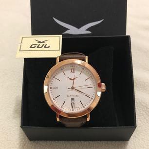 NYTT!! Student Present Födelsedag en klockan med box  Säljer en GUL klockan av märket GUL. Klockor Nypris 1800kr  Accepterar avhämtning eller så skickas den med postnord eller schenker spårbar frakt.