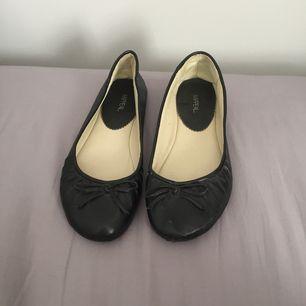 Vanliga svarta ballerinas.