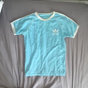 Adidas t-shirt i ljusblått