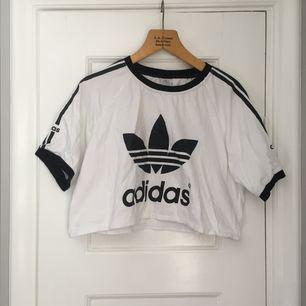 En oversize crop top från Adidas, passar alla från XS till L
