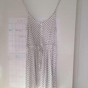 Prickig klänning från hm som går att knyta i sidan. Väl använd men i fint skick. Frakt ingår i priset, kan samfrakta❣️