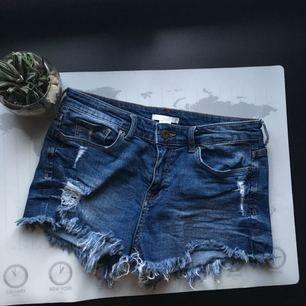 Slitna jeansshorts! Perfekt till sommaren! Sparsamt använda. Köparen står för frakt 🌹