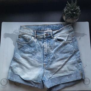 Ett par high-waisted jeansshorts från Monki!  Skitsnygga till en croptop👌🏼  Sparsamt använda. Köparen står för frakt🌹