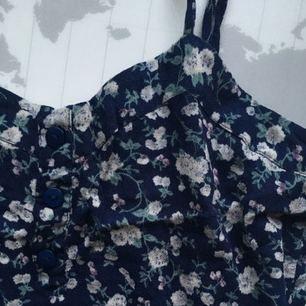 Ett sött linne med volang, perfekt till sommaren!  Använd en del - men fortfarande i bra skick!  Köparen står för frakt🌹