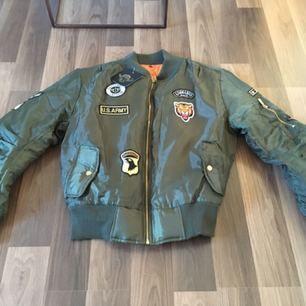 Helt ny dam Bomber jacket green från Stylepit i stl L  Trendig & snygg jacka för lite kallare sommar kvällar.